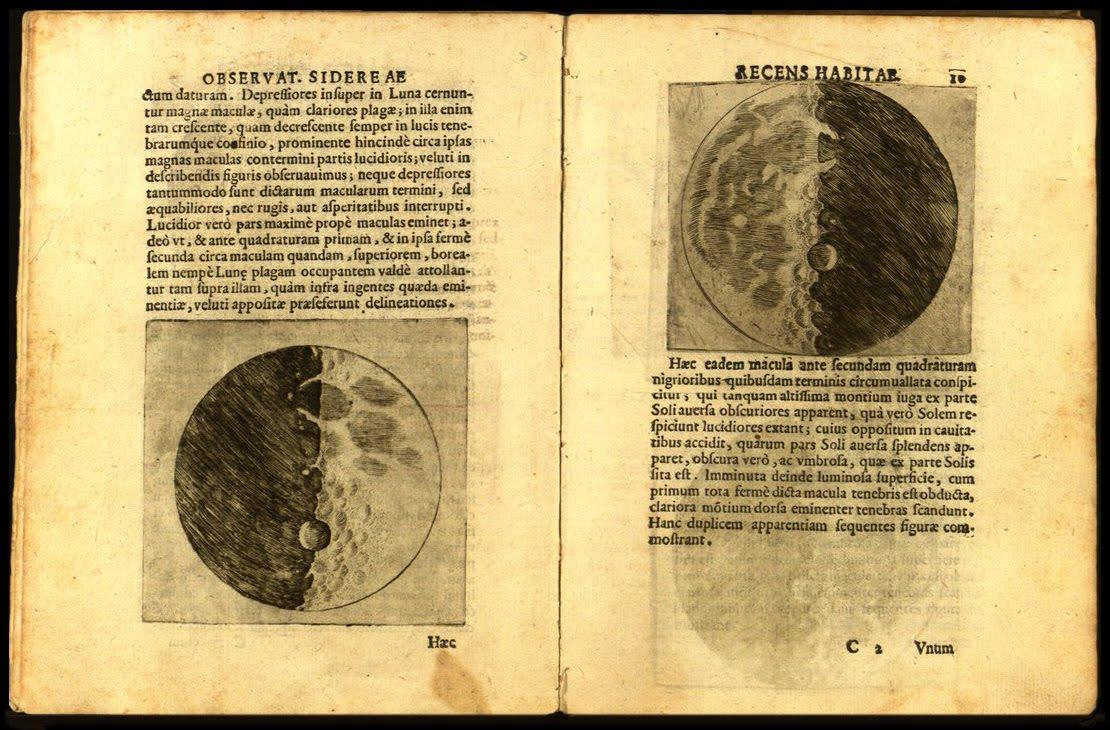 Galileo Galilei - Sidereus Nuncius (1610): La Luna (A Lua). 'Sidereus Nuncius' (conhecido como 'Mensageiro sideral' e também sob a acepção de 'Mensagem sideral' ou ainda 'Mensageiro das Estrelas') é um folheto de 24 páginas escrito em latim por Galileo Galilei e publicado em Veneza em Março de 1610. Foi o primeiro tratado científico baseado em observações astronômicas realizadas com um telescópio. Contém os resultados das observações iniciais da Lua, das estrelas e das luas de Júpiter. A sua publicação é considerada a origem da moderna astronomia e provocou o colapso da teoria geocêntrica.