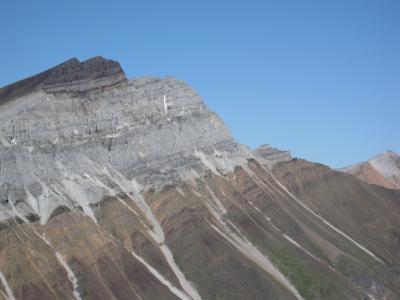 Nesta foto do território de Yukon no Canadá, vemos uma camada rica em ferro de 716,5 milhões de anos. Aqui vemos os depósitos glaciais (na cor marrom) em cima de um antigo recife de carbonato (na cor cinza) que se formou nos trópicos. Crédito: Francis A. Macdonald / Harvard University