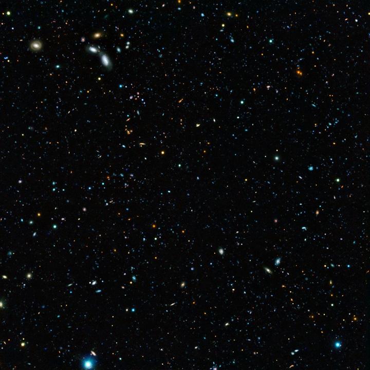Esta é a imagem composta do campo GOODS-do-Sul, alvo da pesquisa do ESO, para entender porque 90% das galáxias distantes escapam da detecção nas pesquisas. Note, na foto, a presença das galáxias avermelhadas...