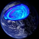 Interpretação artística de uma aurora na Terra Aurora há 3,4-4,45 bilhões de anos. A oval da aurora era bem maior em relação ao que acontece hoje. Trata-se do resultado da interação de um fraco campo magnético dipolar terrestre e a pressão do vento solar com uma dinâmica mais acentuada. A intensidade da aurora é mais brilhante, devido à maior densidade do vento solar, muitas vezes maior do ocorre hoje. A cor dominante reflete as energias das partículas em precipitação na antiga atmosfera redutora. Créditos: J. Tarduno e R. Cottrell