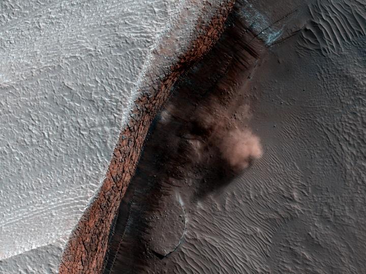 Avalanche em Marte flagrada pela câmera HiRise da MRO.