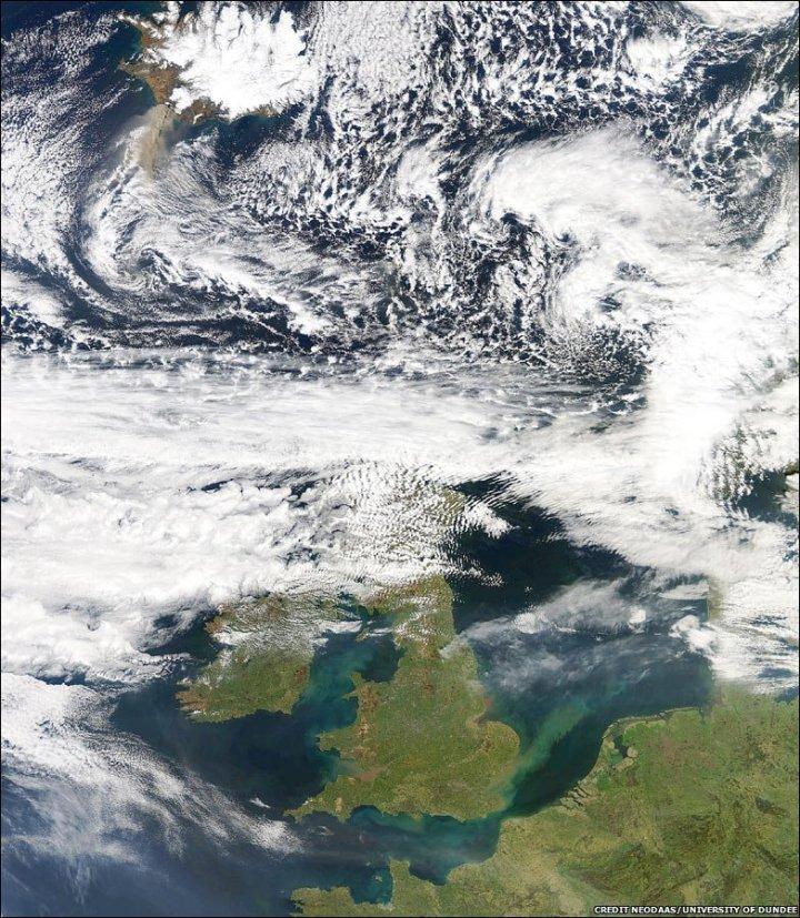 Nesta imagem capturada pelo satélite Terra da NASA em 17 de abril vemos as plumas vulcânicas se espalhando pelo norte da Europa. Crédito: NEODAAS/University of Dundee/AP