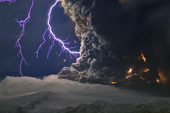Raios causados pela descarga elétrica na coluna de cinzas. Crédito: Marco Fulle (Stromboli Online)