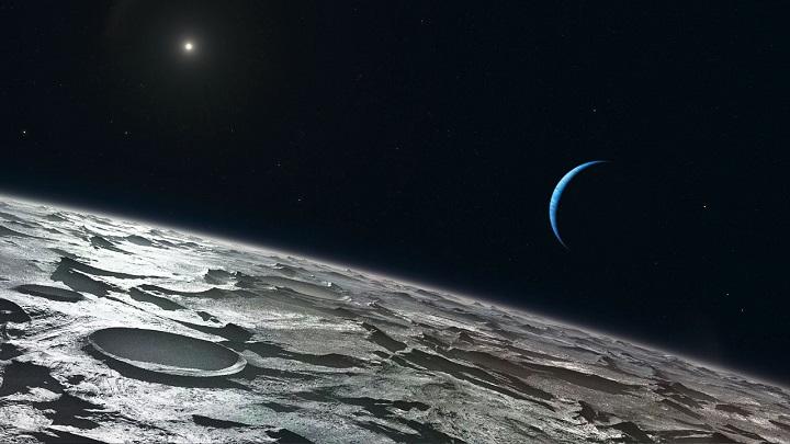 Ilustração de L. Calçada mostra como a maior lua de Netuno, Tritão, se parece a partir de elevada altura em relação a sua superfície. O Sol aparece distante acima, à esquerda e Netuno crescente surge à direita. Os astrônomos do ESO usaram o dispositivo CRIRES do VLT para inspecionar o verão no hemisfério sul de Tritão. Crédito: ESO/L. Calçada