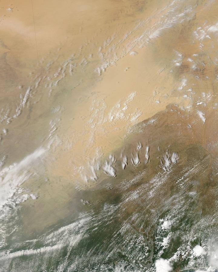 O satélite Aqua capturou em abril de 2010 esta imagem de uma gigantesca tempestade de poeira assolando Burkina Faso, Mali e Nigéria, na África. Clique na imagem para acessar a versão em alta resolução. Créditos: Jeff Schmaltz, MODIS Rapid Response Team da NASA GSFC, Michon Scott e Scott Michon.