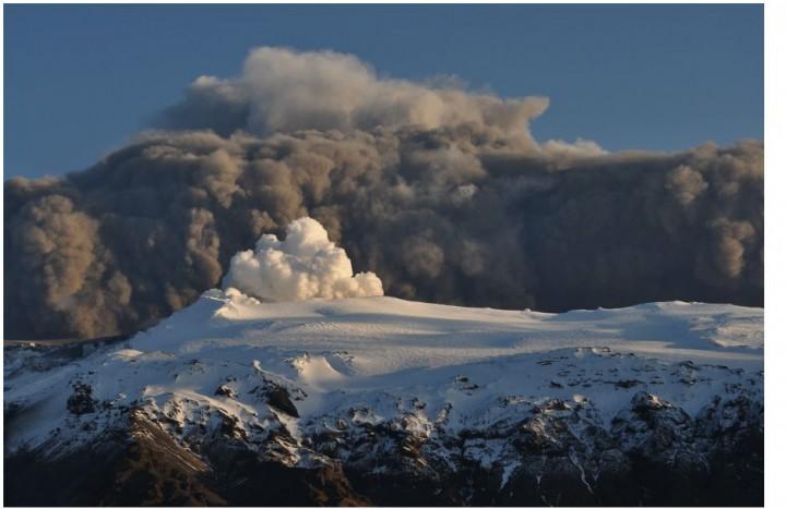 Plumas do vulcão Eyjafjallajokull em 17 de abril por Snaevarr Gudmundsson.