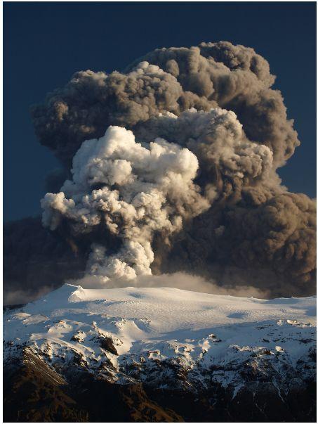 As plumas do vulcão Eyjafjallajokull se elevam a mais de 6.000 metros. Crédito: Snaevarr Gudmundsson.
