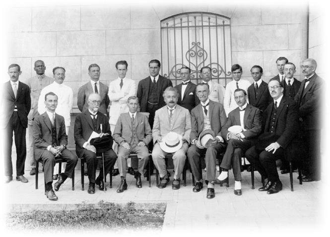 Visita do Dr Albert Einstein ao Observatório Nacional no dia 09 de maio de 1925, na frente do prédio principal, no Campus de 40.000 m², inaugurado três anos antes, como sede do Observatório no bairro de São Cristóvão, Rio de Janeiro.