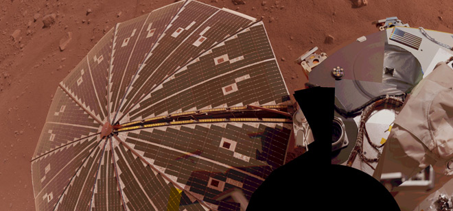 Esta visão de um dos painéis solares da Mars Phoenix Lande é uma composição de várias exposições de sua câmera SSI (Surface Stereo Imager). Crédito: NASA/JPL-Caltech/University Arizona/Texas A&M University