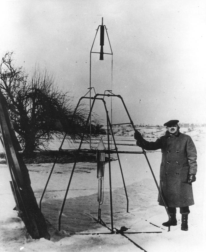 Robert Goddard no inverno da Nova Inglaterra em 16 de marco de 1926 ao lado da plataforma de lançamento de uma de suas mais notáveis invenções - o primeiro foguete movido a combustível líquido.