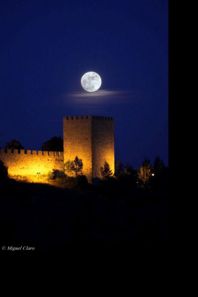 """Castelo de Sesimbra e a Lua por Miguel Claro. Dados Técnicos: Canon 50D - ISO400 F-4.5 Exp-1/6"""" 149mm às 21:22 em 27 de maio de 2010. Crédito©: Miguel Claro (http://miguelclaro.com)"""