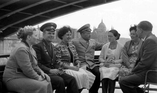 Yuri Gagarin (segundo da esquerda para a direita), o primeiro homem no espaço, e Nikolai Petrovich Kamanin (o quarto), em visita a Budapeste.