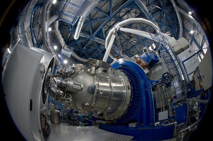 A câmera HAWK-I do VLT cobre cerca de 10% da área no céu de uma Lua Cheia em uma única exposição. Este dispositivo foi projetado para a descoberta e estudo de objetos tênues tais como galáxias distantes, estrelas de menor porte, anãs marrons, asteróides, planetas e cometas. Crédito: ESO/S. Guisard (www.eso.org/~sguisard)