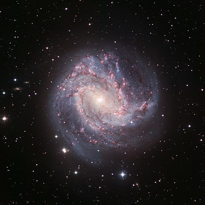 Nesta belíssima visão na luz visível capturada pela câmera WFI (Wide Field Imager) do observatório do ESO em La Silla vemos a magnífica galáxia M83, da constelação da Hidra. Embora menor que a Via Láctea (40% do tamanho) ser formado espiral, a barra estelar no seu centro e a densa concentração esférica de estrelas no núcleo lembram a Via Láctea. Crédito: ESO/La Silla/WFI