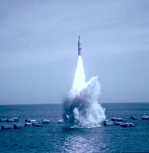 Teste de míssil via submarino