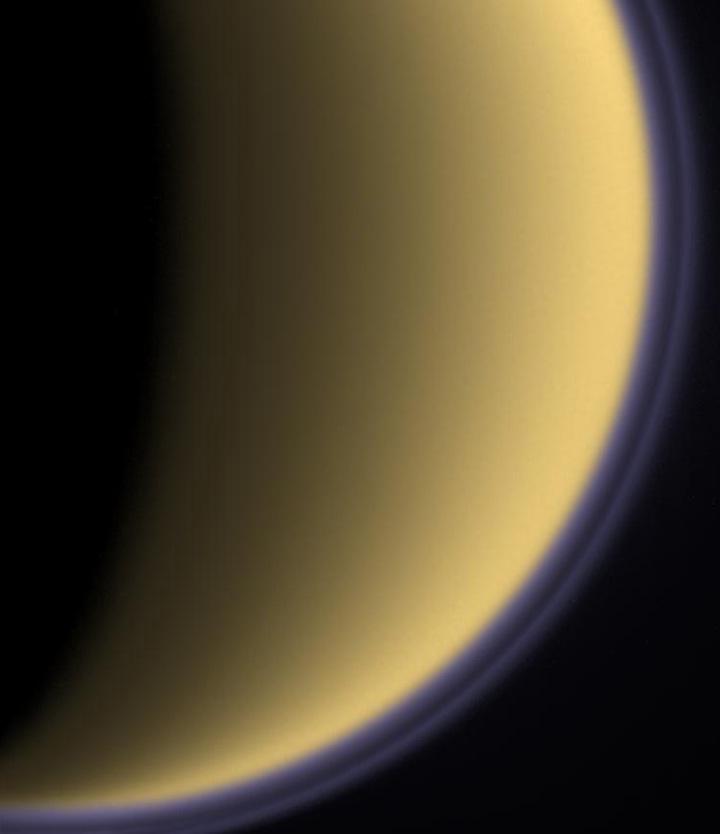 Uma espessa camada de nuvens orgânicas, similar a que observamos hoje em Titã, pode ter envolvido a Terra há bilhões de anos, nos seus primórdios, protegendo a vida primitiva tanto da danosa radiação ultravioleta solar quanto do congelamento advindo do tênue brilho solar, com 70% da intensidade atual. Crédito: NASA/JPL/Space Science Institute