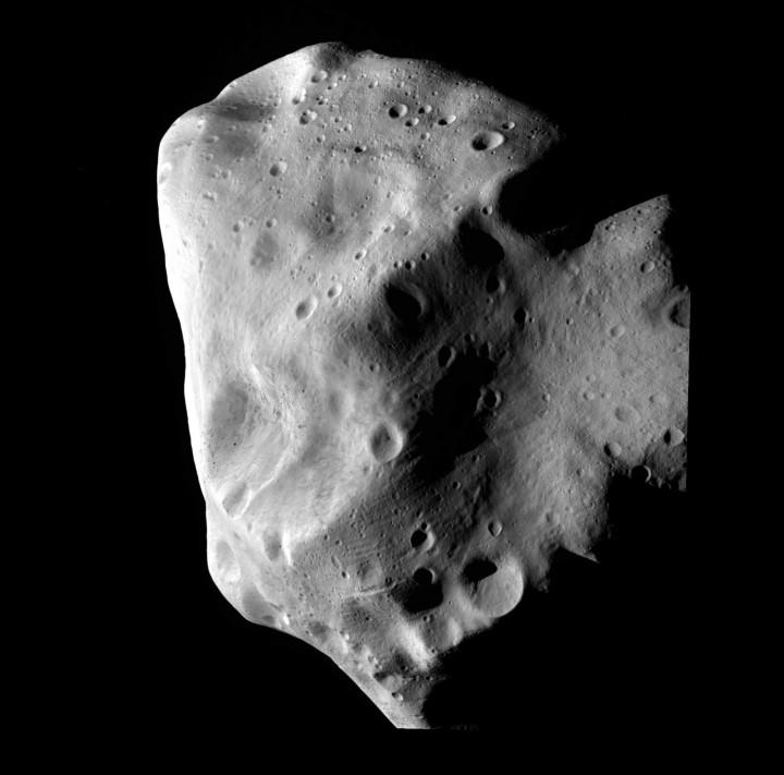 Rosetta capturou imagem do asteróide 21 Lutetia em 9 de Julho de 2010 01h00min UTC, quando o asteróide estava a 2 milhões de quilômetros de distância (36 horas). Crédito: ESA 2010 MPS for OSIRIS Team