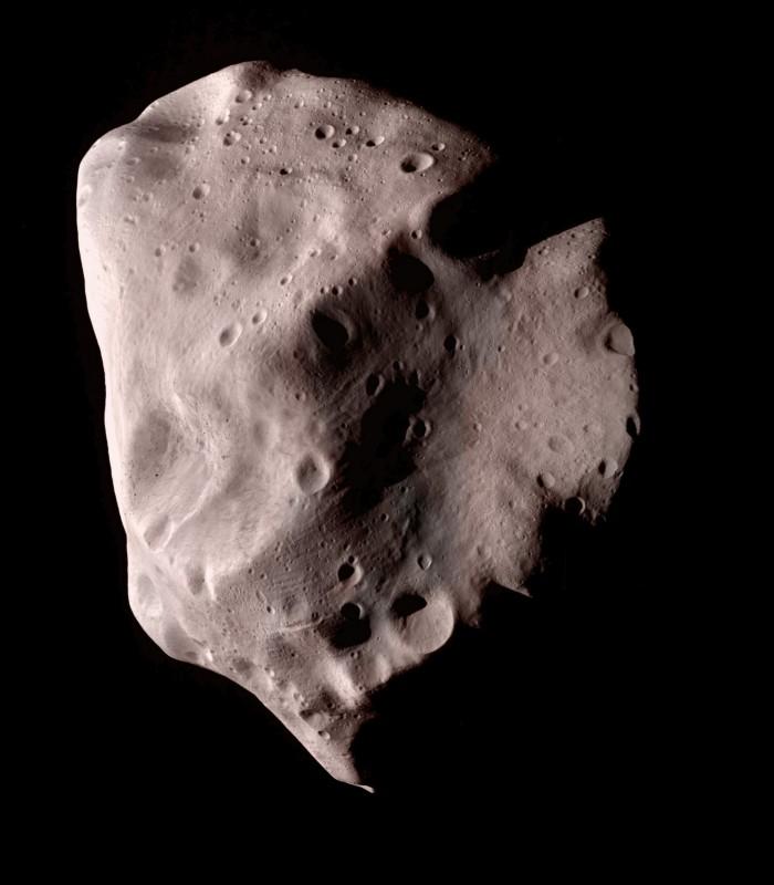 Mosaico em cores do 21 Lutetia capturado em 3 imagens no dia 10 de julho de 2010 pela sonda robótica Rosetta. Crédito: ESA