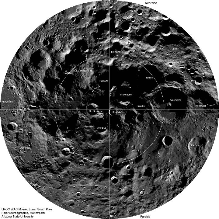 """Mosaico do Pólo Sul mostrando locais de crateras grandes capturado pela WAC. O local do impacto da sonda LCROSS está marcado com um """"X"""". A largura do mosaico é de aproximadamente 600 km. Clique na imagem para acessar a versão de alta resolução. Créditos: NASA / GSFC / Arizona State University"""