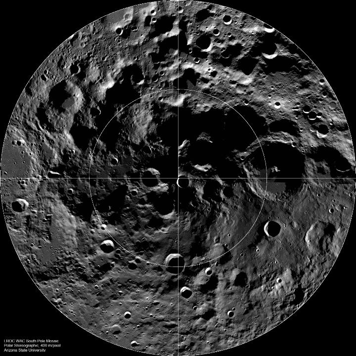 """Mosaico do Pólo Sul mostrando locais de crateras grandes capturado pela WAC. O local do impacto da sonda LCROSS está marcado com um """"X"""". A largura do mosaico é de aproximadamente 600 km. Versão original, sem anotações. Créditos: NASA / GSFC / Arizona State University"""