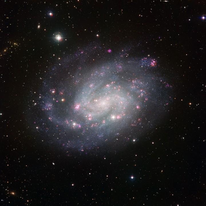 NGC 300 vista pelo observatório do ESO em La Silla, Chile. Clique na imagem para acessar a versão original do ESO.