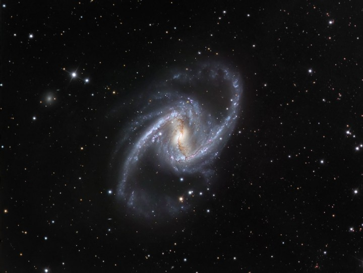 NGC 1365 no espectro visível, capturada pelo telescópio Dinamarquês de 1,5m em La Silla, Chile. Crédito: ESO/IDA/Danish 1,5 m/ R. Gendler, J-E. Ovaldsen, C. Thöne, and C. Feron.