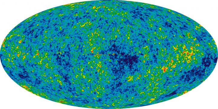 Esta visão detalhada de todo o céu mostra o jovem Universo a partir de 7 anos de pesquisa via WMAP. A imagem revela flutuações em torno da temperatura média do Universo de 2,725 +/- 0,0002 Kelvin (aparece nas diferenças de cor) que correspondem às sementes que cresceram para se tornarem nas galáxias. O ruído causado pela Via Láctea foi subtraído dessa imagem usando dados de várias freqüências. A imagem mostra um intervalo de temperatura de +/- 200 microKelvin (0,0002 graus K), as regiões vermelhas são as áreas mais quentes no céu e as azuis mais frias. Crédito: NASA / time do WMAP