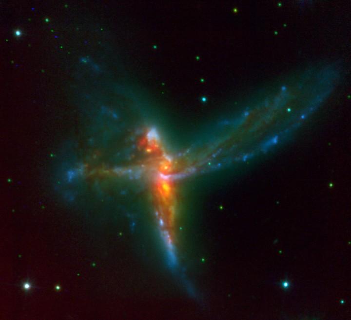 """""""O pássaro"""". Esta imagem é #38 na lista top 100 do ESO e retrata um triplo choque de galáxias, duas massivas galáxias espirais e uma galáxia irregular. Crédito: ESO"""