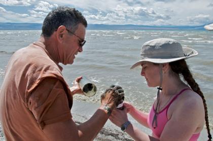 Dr. Ronald Oremland (à esquerda) e a  Dra. Felisa Wolfe-Simon examinam uma amostra de sedimentos coletada no Lago Mono na Califórnia. Créditos: REUTERS/Henry Bortman/Science/AAAS
