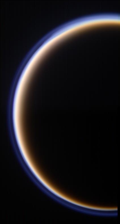 O perfil da enigmática lua Titã aparece neste mosaico construído a partir de 2 conjuntos de 3 fotos cada (3 filtros: azul, verde e vermelho). A Cassini mostra aqui a atmosfera de Titã em destaque. As fotos foram capturadas em 12 de outubro de 2009 a uma distância de 145.000 km de Titã. Crédito: NASA/JPL/missão Cassini
