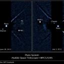 Plutão e suas 4 luas. Duas imagens com anotações do sistema Plutão obtidas pela câmera WFC3 do Observatório Espacial Hubble, com a recém-descoberta lua P4 dentro do círculo. A imagem à esquerda foi obtida a 28 de Junho de 2011 e a da direita em 3 de Julho de 2011. Créditos: NASA, ESA e M. Showalter (Instituto SETI)