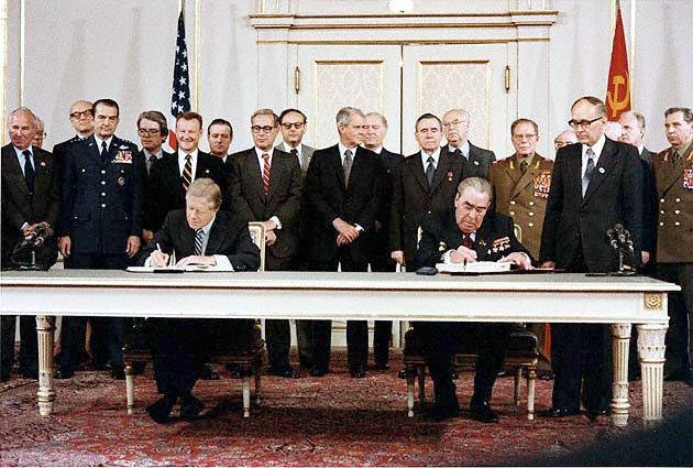 Carter e Brezhnev assinam acordo SALT II em 18 de junho de 1979, Viena, Áustria