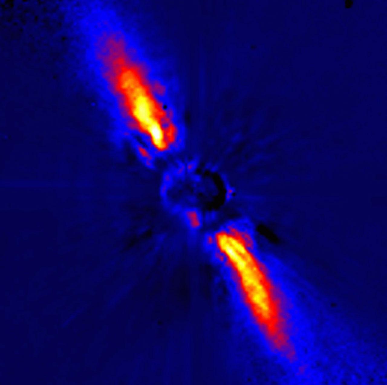 Beta Pictoris capturada pelo ESO. Esta imagem na banda J (1,25 micrômetros) cobre uma área de 13,1 x 13,1 segundos de arco² em uma resolução angular de aproximadamente 0,12 segundos de arco. O Norte está acima e o Leste está à esquerda. A imagem foi capturada em 6 de janeiro de 1996 com o dispositivo ADONIS e cronógrafo do Observatoire de Grenoble integrados ao telescópio de 3,6 metros do ESO em La Silla, Chile. Créditos: ESO/La Silla/ Jean-Luc Beuzit e Anne-Marie Lagrange (Observatório de Grenoble, França) e Mouillet David (Observatoire de Paris-Meudon, França).