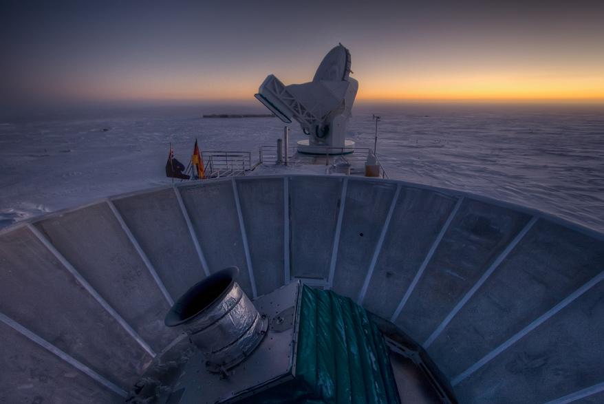 O Sol se põe atrás do BICEP2 (na frente) e do Telescópio do Polo Sul (atrás).