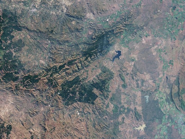 O NASA Earth Observatory capturou esta imagem do cinturão de rochas verdes Barberton nas vizinhanças da cidade de Barberton, África do Sul. Créditos: NASA Earth Observatory/Landsat/USGS/Jesse Allen