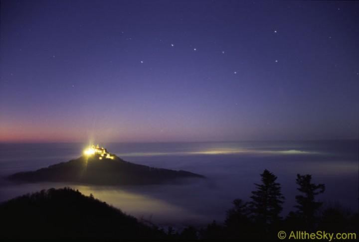 A Caçarola e o Castelo Hohenzollern, Alemanha. Crédito: Till Credner (AlltheSky.com)