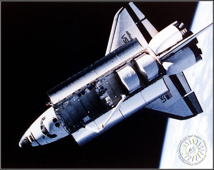 Uma vista aérea do ônibus espacial Challenger tomada por uma câmera fixa montada no capacete do astronauta Bruce McCandless durante a primeira atividade extra-veiculares (EVA) usando o, controlado com mão, unidade de manobra tripulada propelidas por nitrogênio (MMU). A MMU é um dispositivo que permite que astronautas mover livremente no espaço, sem um grupo de ancoragem.