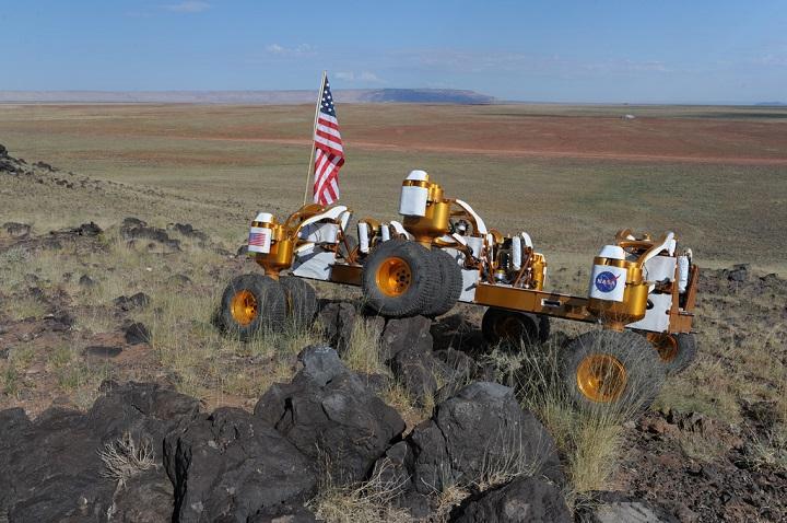 Chariot B mostra sua suspensão flexível desafiada pelos pedregulhos do Ponto Negro do Fluxo de Lava no campo de provas no Arizona