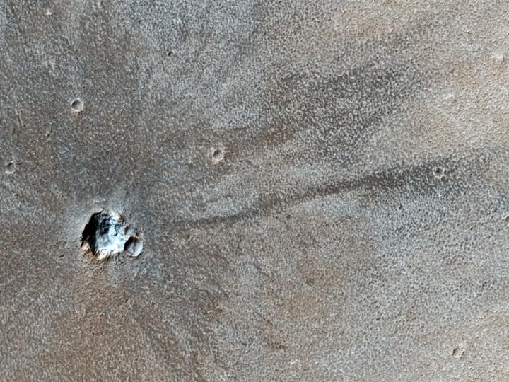 IMAGEM 5: (ESP_015962_1695) uma cratera de impacto recente, não detectada pela Viking em 1976? ou não? Crédito: NASA/JPL/Universidade do Arizona/HiRISE