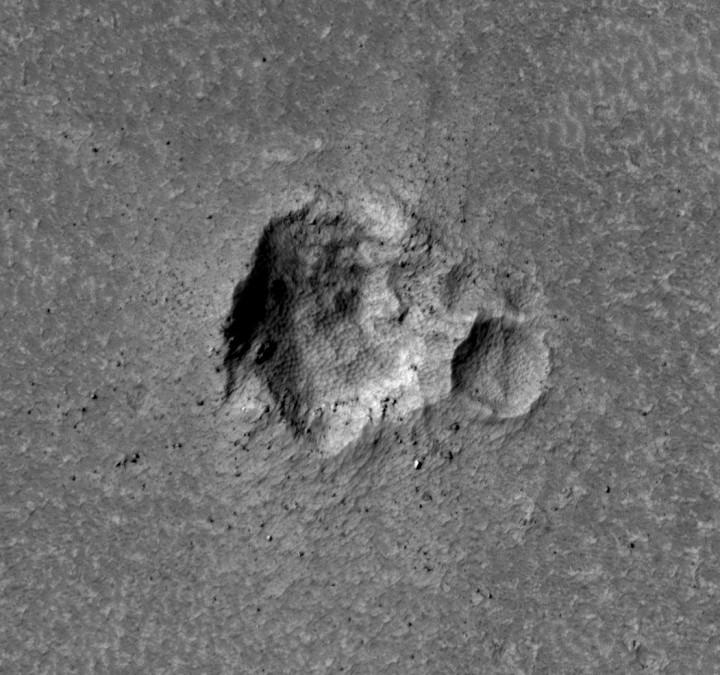 Imagem em alta resolução da cratera mostra texturas não encontradas em crateras recentes. Crédito: NASA/JPL/University of Arizona/HiRISE