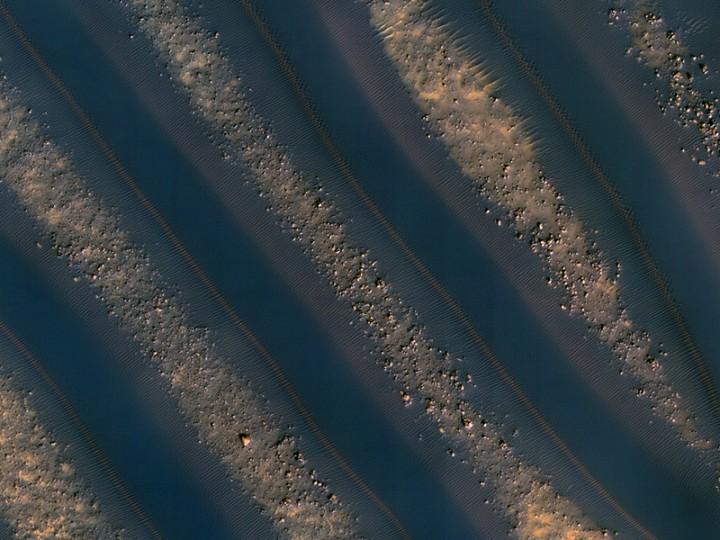 IMAGEM 2: (ESP_016036_1370) a simetria das dunas marcianas. Crédito: NASA / JPL / Universidade do Arizona / HiRISE