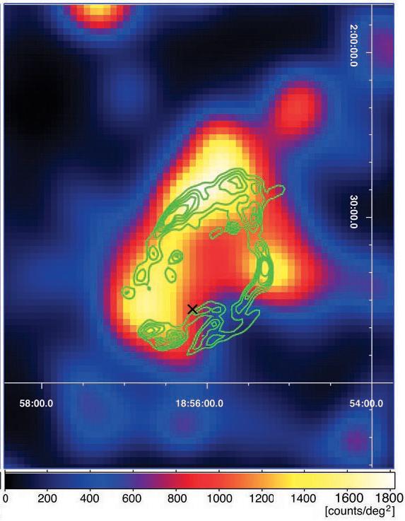 Imagem da remanescente de supernova SNR W44 gerada pelo Fermi LAT (Large Area Telescope). As cores brilhantes indicam áreas das quais uma maior quantidade de raios-gama estão chegando. Os contornos em verde indicam a remanescente de supernova vista através da radiação infravermelha. Crédito: Colaboração NASA/DOE/LAT