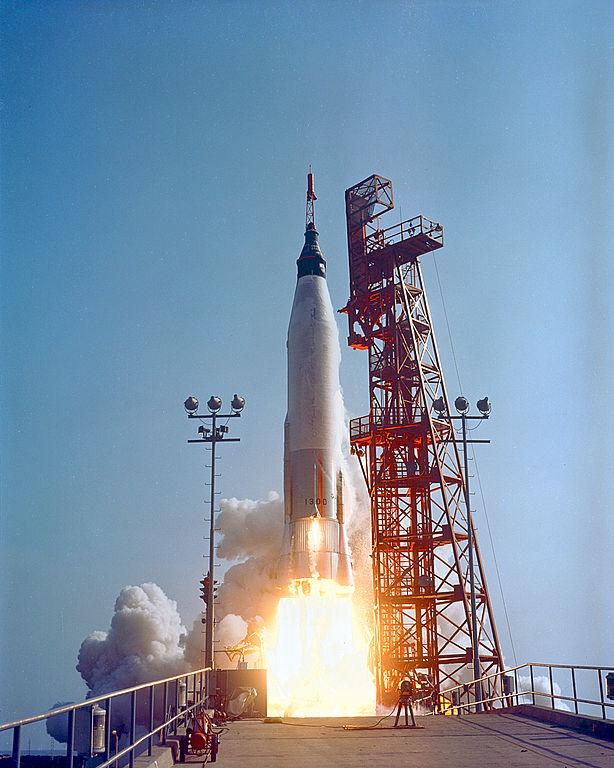 Vemos aqui o foguete Mercury-Atlas 9 sendo lançado da plataforma 14 no Cabo Canaveral com o astronauta Gordon Cooper L. à bordo do módulo Faith 7. Foi o mais longo voo orbital tripulado até então dos EUA. O lançamento ocorreu em 08:04 EST, em 15 de maio de 1963. 34 horas, 20 minutos, 30 segundos e 22 órbitas mais tarde, Gordon Cooper já estava descansando em sua cápsula espacial Faith 7 no azul do Oceano Pacífico, após o retorno bem sucedido.