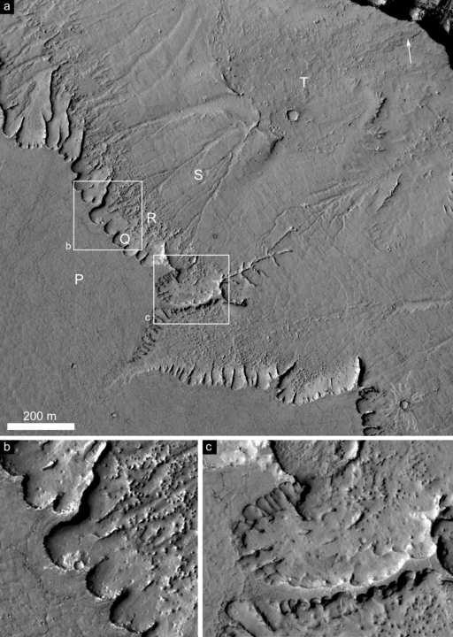 Escarpas com nichos, longas esporas ramificadas e canais possivelmente de origem fluvial. Crédito: NASA/JPL/UofA