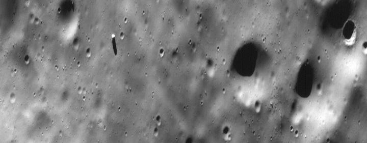Foto que mostra o Monolito, obtida pela sonda Mars Global Surveyor em 1998. Esta rocha encontra-se a poucos quilômetros da cratera Stickney. Crédito: NASA/USGS
