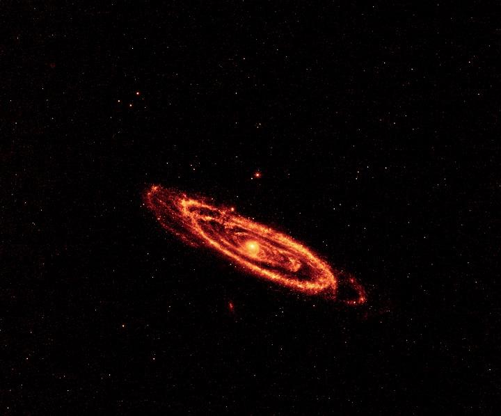 WISE revela a galáxia de Andrômeda no infravermelho, mostrando em destaque a poeira cósmica aquecida dos seus braços espirais. Nesta imagem o WISE usou seus dois detectores com maiores comprimentos de onda, em 12 e 22 micrômetros. Os resultados desta capturas foram colorizadas artificialmente, respectivamente, em laranja (12μm) e vermelho (22 μm) para compor este mosaico da M31. Clique na imagem para ver a versão em alta resolução. Crédito: NASA/JPL-Caltech/UCLA