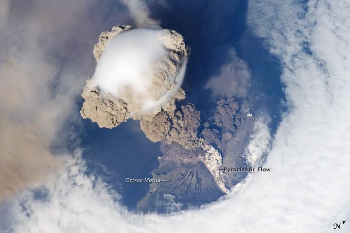 Imagem da erupção do vulcão Sarychev fotografada pela equipe da Estação Espacial Internacional