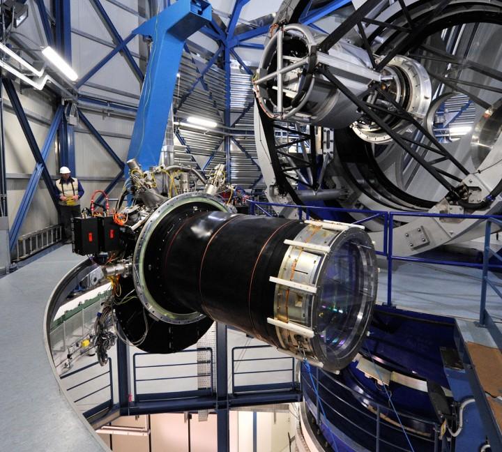A câmera gigante (3 toneladas) do VISTA pendurada durante a manutenção que o espelho principal do telescópio sofreu em setembro de 2009. Crédito:ESO/G. Hüdepohl