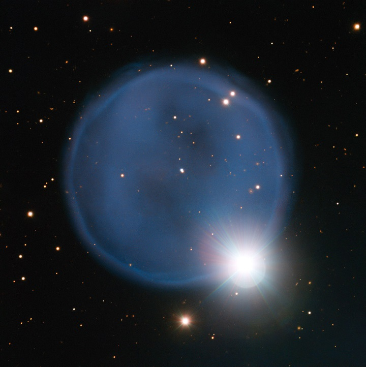 Os astrônomos utilizaram o Very Large Telescope do ESO no Chile para capturar esta bela imagem da nebulosa planetária Abell 33. Formada quando uma estrela moribunda lançou para o espaço as suas camadas externas, bolha azul está, por acaso, alinhada com uma estrela que se encontra em primeiro plano, o que torna o conjunto parecido com um anel de noivado com um diamante. Esta jóia cósmica é invulgarmente simétrica, aparecendo como um círculo quase perfeito no céu.