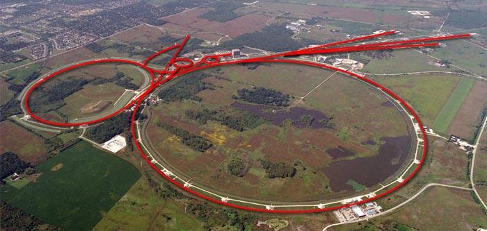 A foto mostra o colisor Tevatron do Fermi National Accelerator Laboratory, do Departamento de Energia, em Batavia, Illinois (Fermilab). O o anel acelerador de partículas leva prótons e anti=prótons a velocidades bem próximas da velocidade da luz.